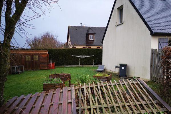 De nombreuses clôtures, en bois comme en fer, n'ont pas résisté aux assauts du vent dans le Calvados
