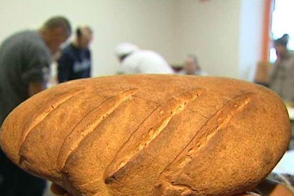 L'atelier boulangerie proposé à la maison d'arrêt de Riom (63) est destiné à favoriser la réinsertion sociale des détenus.
