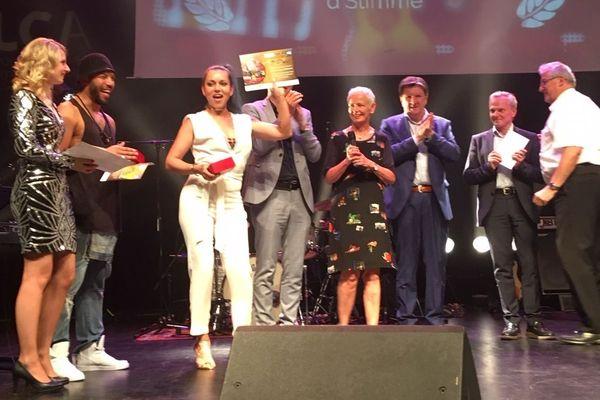 Charlotte Vix, la gagnante du concours D'Stìmme 2019 sur la scène des Tanzmatten, à Sélestat.