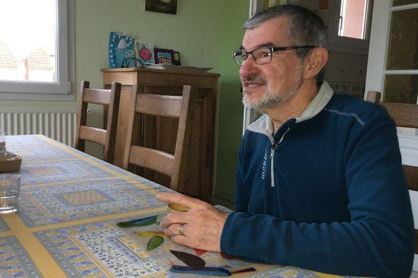 Michel Villemin héberge chez lui deux étudiants pendant toute l'année universitaire, contre un loyer de 250 euros par mois.