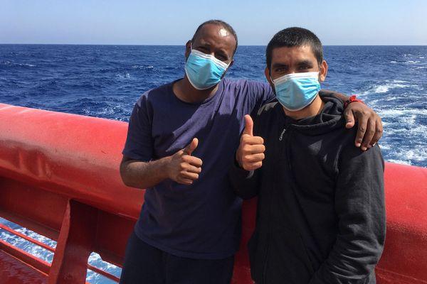 Les retrouvailles de Hafiz et Noman, à bord de l'Ocean Viking le 30 juin 2020. Les deux hommes, erythréen et le pakistanais, avaient passé des mois ensembles, emprisonnés en Libye.