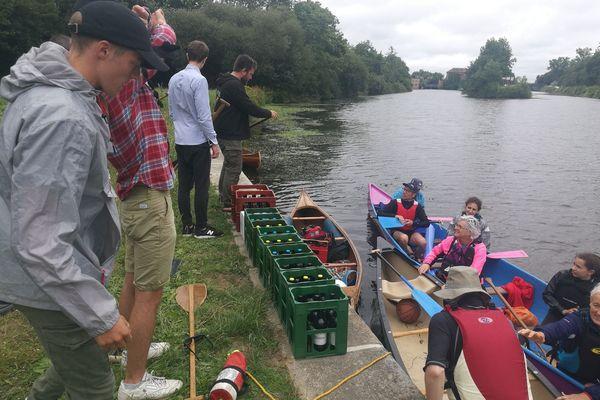 Les rameurs de l'association Pagayer à Rennes expérimentent le transport de bières, en canoë
