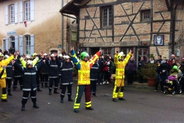 Les pompiers du SDIS 71 en train de danser devant les habitants de Romenay en Saône-et-Loire