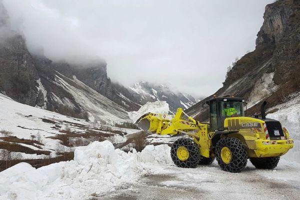 Au Cormet de Roselend, la route était encore recouverte de plusieurs mètres de neige il y a quelques jours.