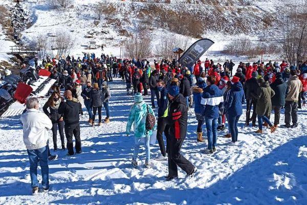 En Savoie, de nombreux acteurs de la montagne se sont rassemblés aux Ménuires pour protester contre la fermeture des remontées mécaniques pendant les vacances de Noël.