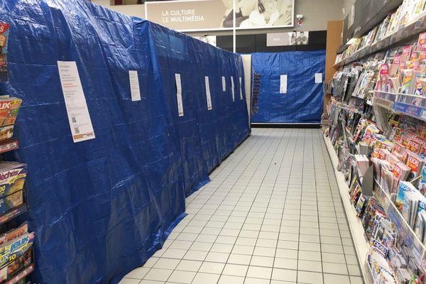 Image surréaliste du rayon livres bâché dans un supermarché de Niort.