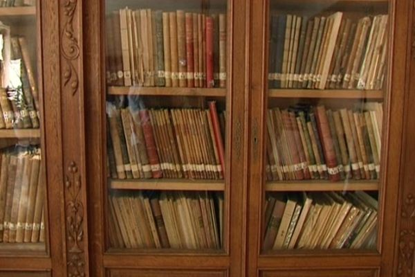 Des partitions anciennes rangées dans une des sallesde répétition du conservatoire d'Orléans