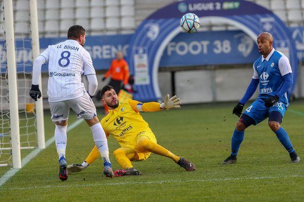 GRENOBLE VS AUXERRE (19e journée de Ligue 2) - L'attaquant d'Auxerre, Le Bihan, devant les buts de Maubleu, le gardien du GF38, à Grenoble le 9 janvier 2021.