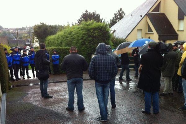 Des gendarmes ont été déployés afin d'empêcher les manifestants de rentrer dans la propriété du responsable de production