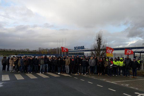 Les salariés de l'entreprise Scania devant leur usine à Angers, le 11 décembre 2019