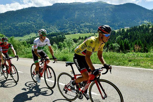 L'Australien Richie Porte portant le maillot jaune du leader, et Nicolas Roche, son coéquipier irlandais, courent dans le peloton lors de la septième étape de la 69ème édition du Critérium du Dauphiné, le 10 juin 2017 entre Aoste et L'Alpe d'Huez.