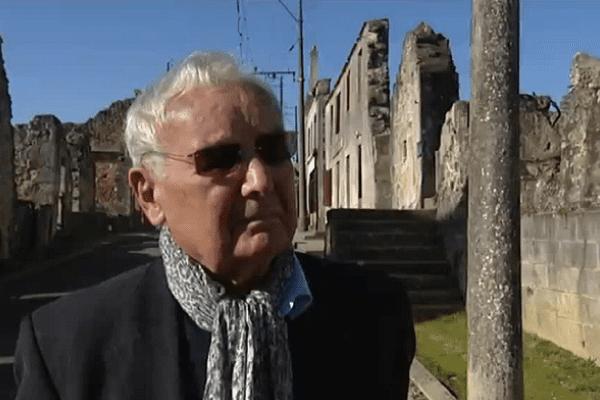 Robert Hébras, survivant du massacre d'Oradour-sur-Glane dans les ruines du village martyr