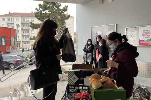 Une trentaine d'étudiants sont venus récupérer des denrées alimentaires distribuées par l'association Actions solidaires internationales.