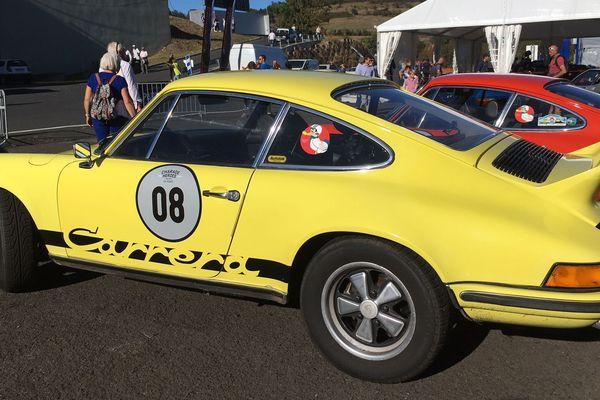 Ce rare modèle de Porsche de 1973 a usé de la gomme au circuit de Charade. Au volant, Patrick Asfeld, pilote amateur, qui n'en est pas peu fier.
