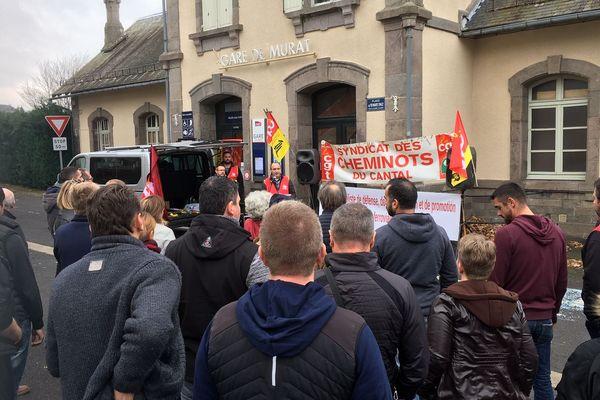 Environ 100 personnes se sont rassemblées, jeudi 15 novembre, en garde de Murat dans le Cantal pour conserver le guichet de la gare.