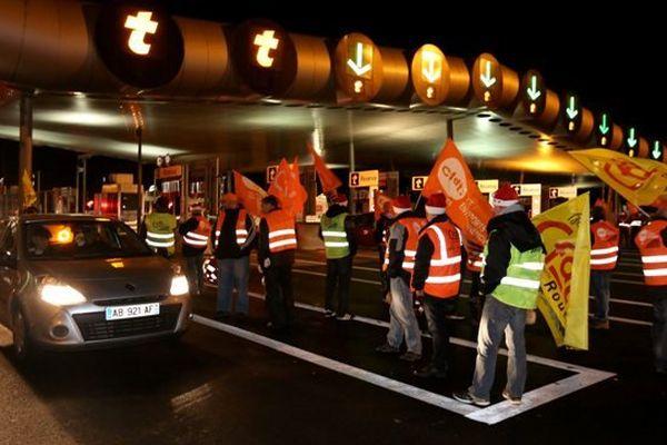 Archives. Manifestation de conducteurs de poids lourds à un péage autoroutier.