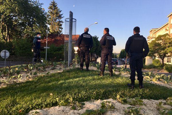 La police devant les poteaux de caméra de surveillance sciés, à Charleville-Mézières.