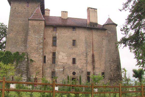 Le château de Charmes dans la Drôme du XIIe siècle est en pleine rénovation.