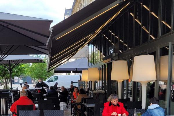 Dès 9heures, une dizaine de clients sur la terrasse de l'Edito à Dijon