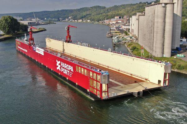 Arrivée du nouveau dock flottant dans le port de Rouen le 1er septembre 2021