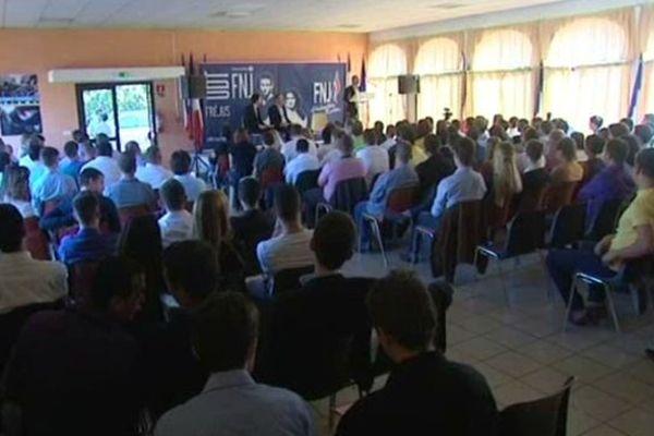 La salle principale de l'université d'été du Front National de la jeunesse à Fréjus.