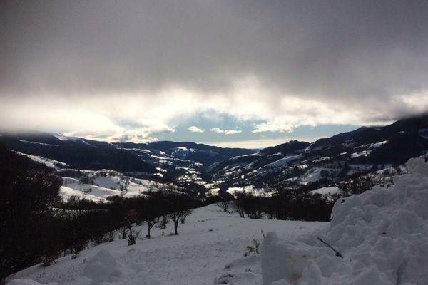 Un skieur de randonnée a été emporté par une avalanche le 17 décembre 2017 dans le Cantal. Ce n'est pas la première fois qu'une personne décède dans ces conditions sur ce massif de moyenne montagne. Un risque pris très au sérieux par les secours.