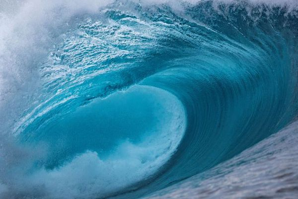 A Tahiti, la légendaire vague de Teahupoo, la vague qui fait peur. Elle a été retenue par les JO de Paris 2024 pour les épreuves de surf