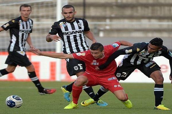 Angers (Maine-et-Loire) - Nouri buteur du match aux prises avec des Angeveins - 12 août 2014.