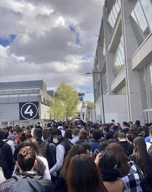 Depuis lundi 10 mai, des centaines d'étudiants en BTS se retrouvent tous les matins devant leurs centres d'examen.