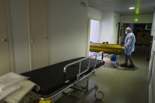 Un employé d'une entreprise de pompes funèbres, à l'hôpital de Mulhouse, le 5 avril 2020