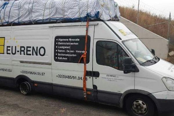 Au lieu des 3,5 tonnes autorisées, le camion avait un poids total de 8,050 tonnes. Le chauffeur d'un camion a été contraint de s'arrêter sur la bande d'arrêt d'urgence de l'autoroute A9 près de Montpellier. Les pneus avaient éclaté.