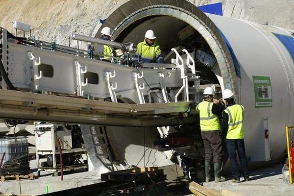 La Jonquera, en Espagne, en 2012, un tunnel est creusé à travers les Pyrénées pour assurer une nouvelle liaison électrique entre la France et l'Espagne
