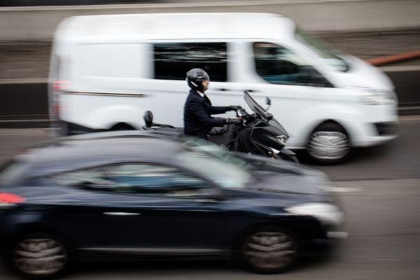 Une moto circulant sur le périphérique parisien (illustration).