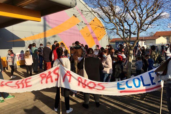 A Bergerac jeudi soir, une cinquantaine de parents d'élèves étaient réunis devant la salle où se tenait le conseil municipal pour dire leur opposition à la fermeture de deux écoles de la ville