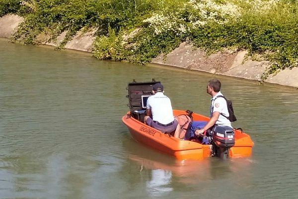 Recherche du corps d'un octogénaire à l'aide d'un sonar dans le canal Philippe-Lamour au sud de Gallargues-le-Montueux (Gard), juin 2020