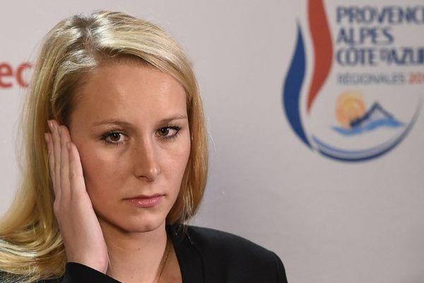 Marion Maréchal-Le Pen écoute la question d'un journaliste au Pontet (83) dimanche après la publication des premiers résultats.