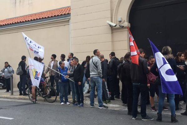 Ils étaient plusieurs dizaines ce matin devant la  maison d'arrêt de Nice