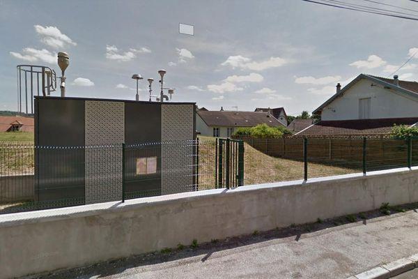 Une des stations de mesure de la qualité de l'air du réseau ATMO Bourgogne Franche-Comté, dans une rue de Besançon