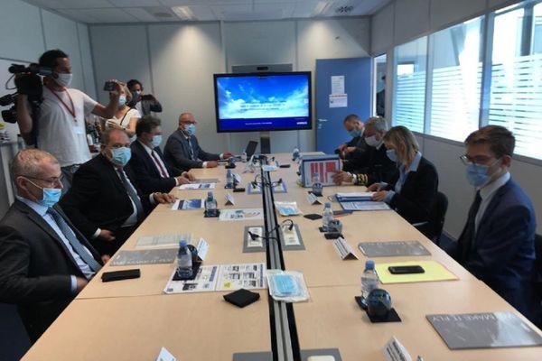 La ministre en charge de l'industrie est assise à une table ronde à Airbus Toulouse.