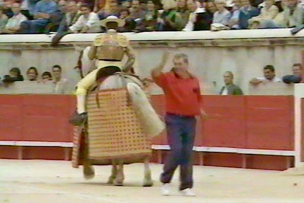 """29 mai 1998, Nîmes. Le jour de gloire de Dudule qui salue le public après un """"tercio de varas"""" où il fut héroïque!"""