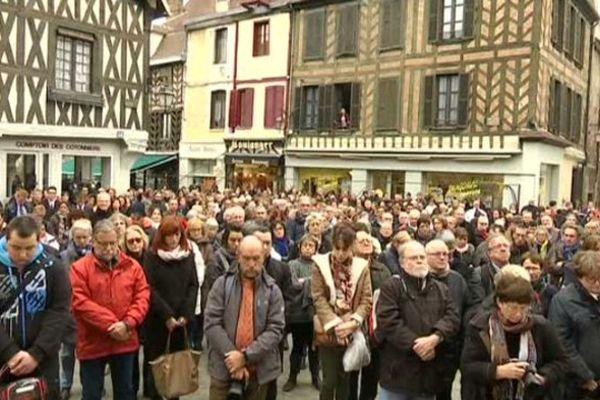 La minute de silence sur la place de la mairie à Auxerre, lundi 16 novembre 2015.