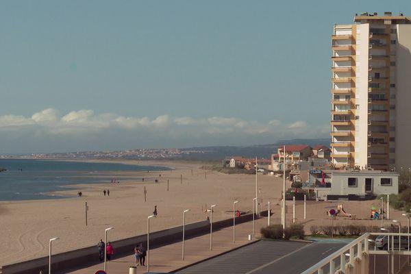 A Valras-Plage, station littorale située au sud de Béziers dans l'Hérault, trois immeubles de luxe devraient pousser en bord de mer, dès cet automne. Des opposants se mobilisent contre ce projet privé.