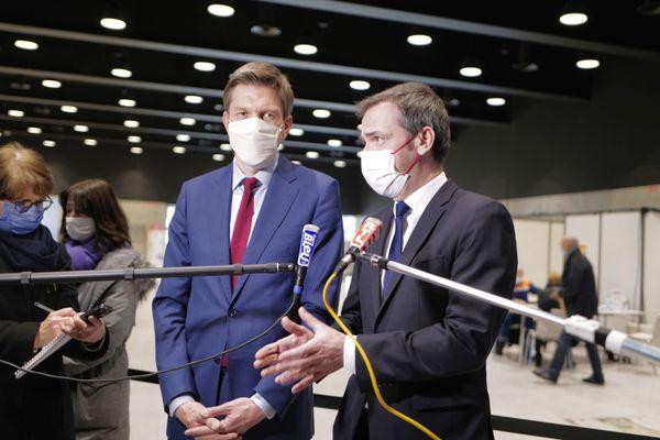 Olivier Véran, ministre de la santé accompagné de Mathieu Klein, maire de Nancy pendant la conférence de Presse au Centre Jean Prouvé de Nancy