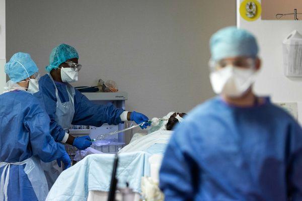Un patient infecté par le coronavirus Covid-19 au service de réanimation au centre hospitalier privé de Sainte-Marie à Osny (Val-d'Oise), le 6 avril 2020 (Image d'illustration).