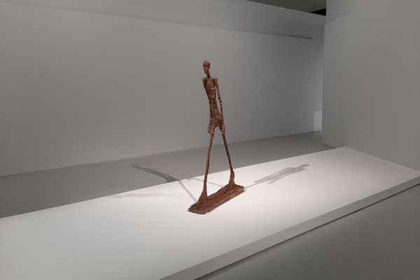 """L'œuvre qui a fait la renommée d'Alberto Giacometti :""""l'homme qui marche"""""""