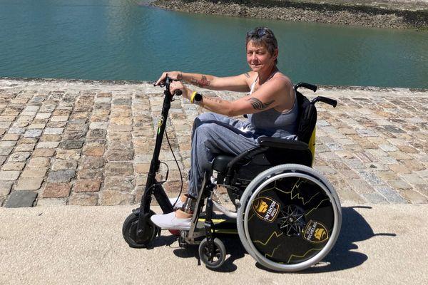 Catherine Lafitte, avec l'adaptation d'une trottinette électrique sur son fauteuil.