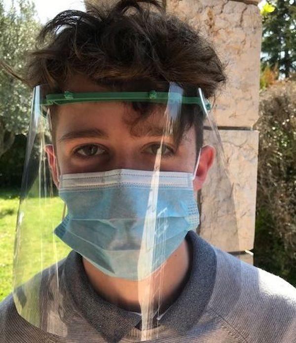 Cette visière se porte par-dessus le masque chirurgical pour éviter plus encore tout risque de projection.