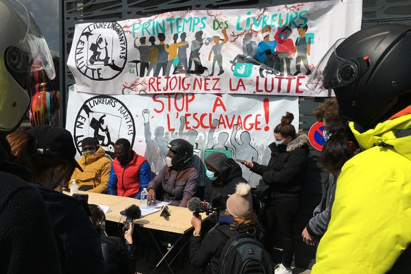 Le collectif livreurs nantais en lutte réclame de pouvoir travailler plus librement dans le secteur piétonnier de Nantes