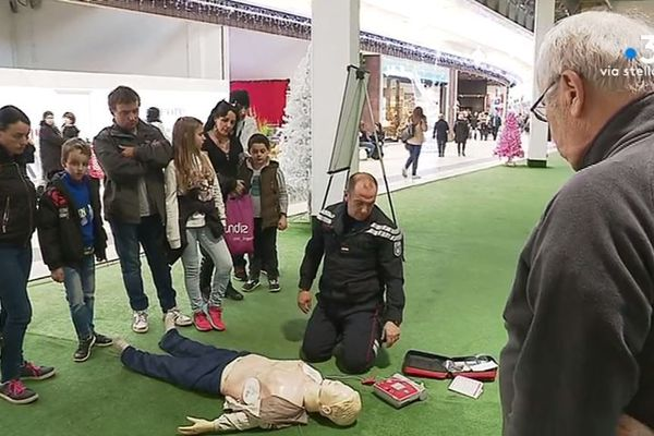 Vendredi 4 janvier, les pompiers d'Ajaccio ont organisé un après-midi de sensibilisation aux gestes qui sauvent dans un centre commercial de Baleone.