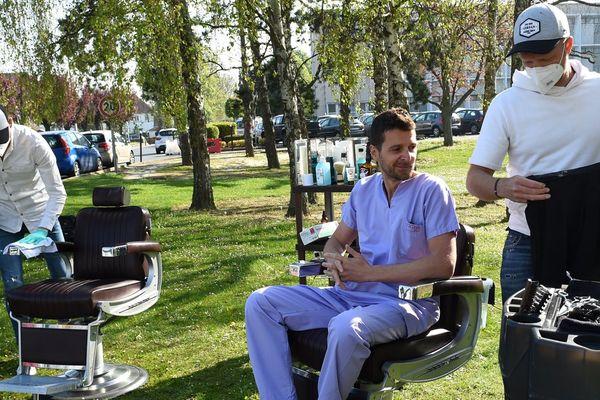 Un coiffeur sur la pelouse du Centre hospitalier de Lens